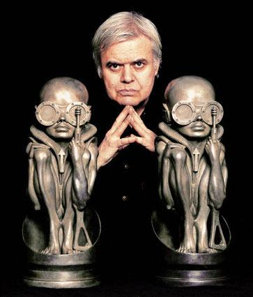 Giger entre duas esculturas suas.