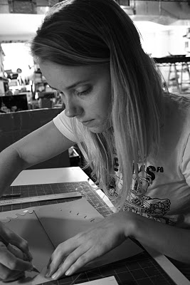 Jen Stark cortando papel